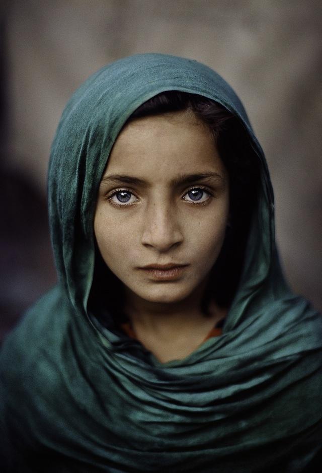 Fille au châle vert, Peshawar, Pakistan, 2002 ©Steve McCurry